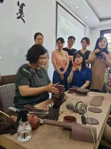Gu Meiqin in Yixing studio